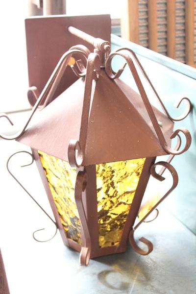 黄色いガラスのウォールランプ 傘付き 斜め上から