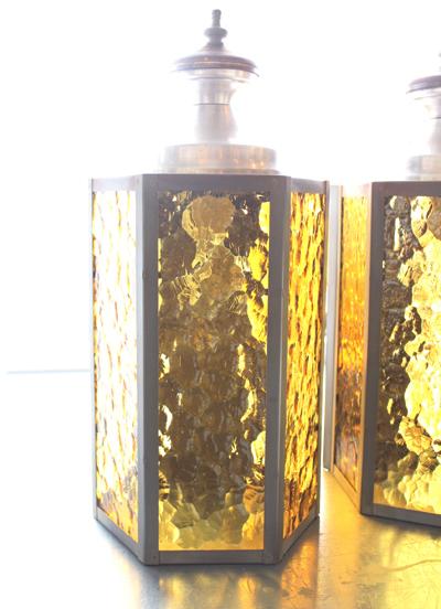 黄色いガラスのウォールランプ 2台あります