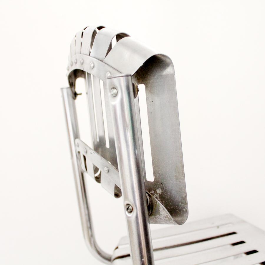 ヴィンテージのアルミのサイドチェア 背もたれ裏側