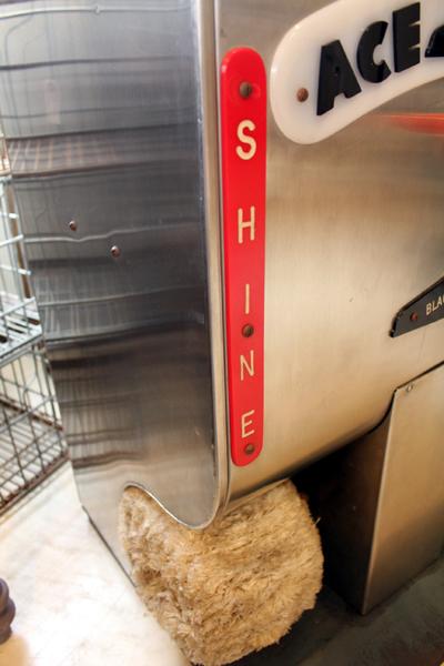 ヴィンテージの靴磨き機 シャイン文字
