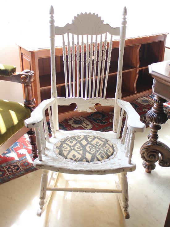 antique rocking chair シャビー!