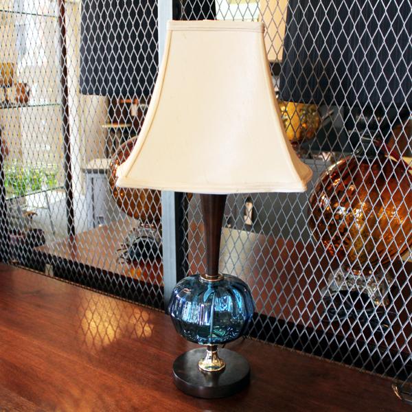 青いガラスの台座のテーブルランプ