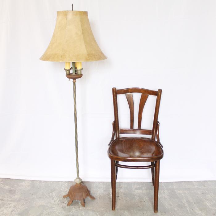 アンティークのフロアーランプと椅子