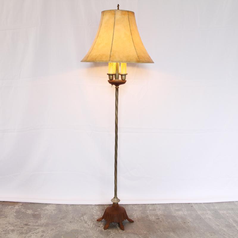 アンティークのフロアーランプ点灯