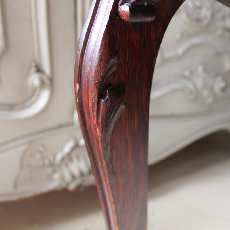 ライティングデスク 脚の彫刻