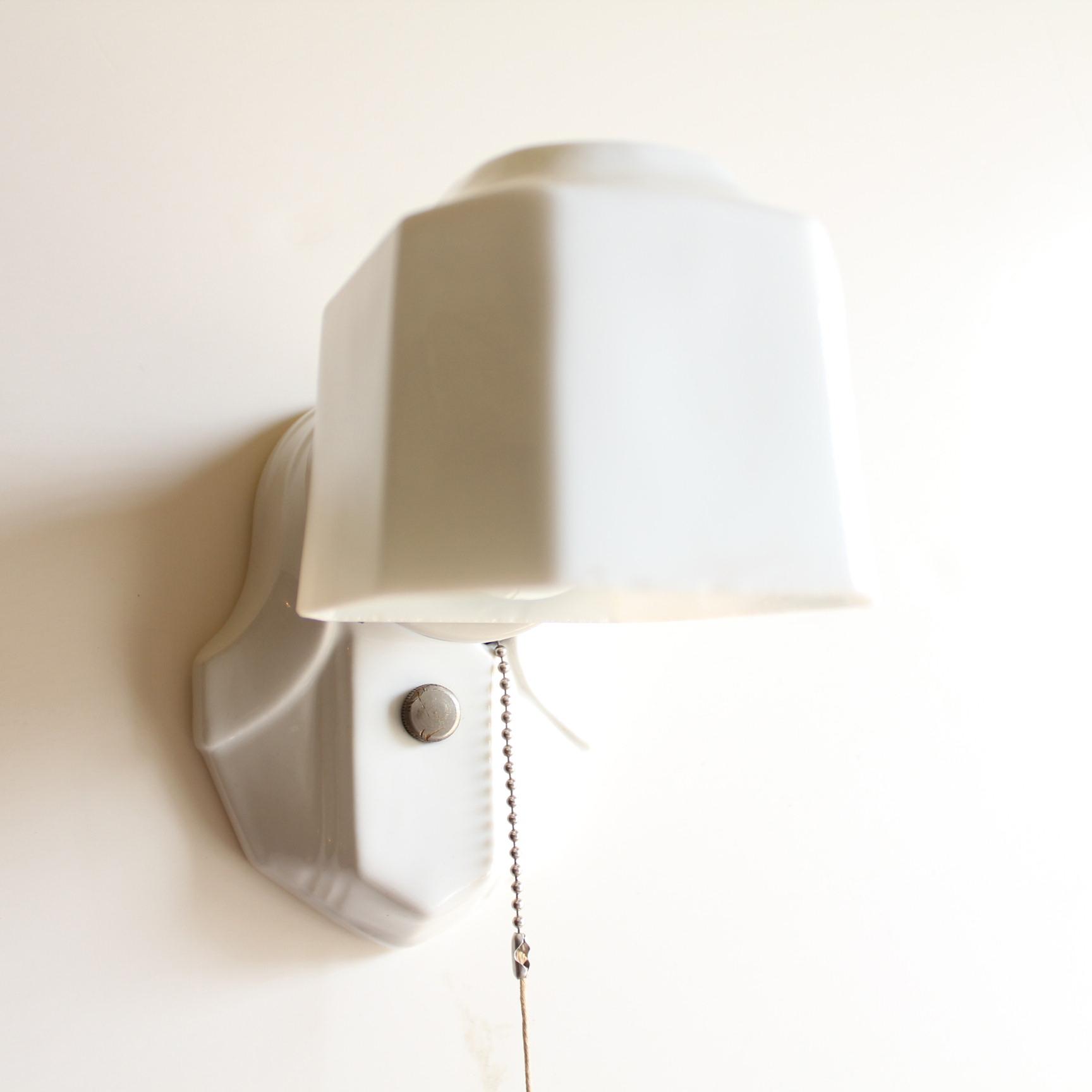 ANTIQUE WALL LAMP GLASS SHADE ENAMEL BASE