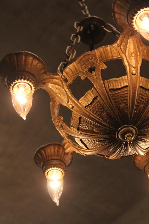 アンティークのシャンデリア 電球下向きの5灯