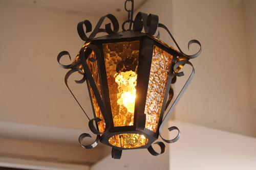 オレンジ色のガラスとアイアンのランプ 点灯
