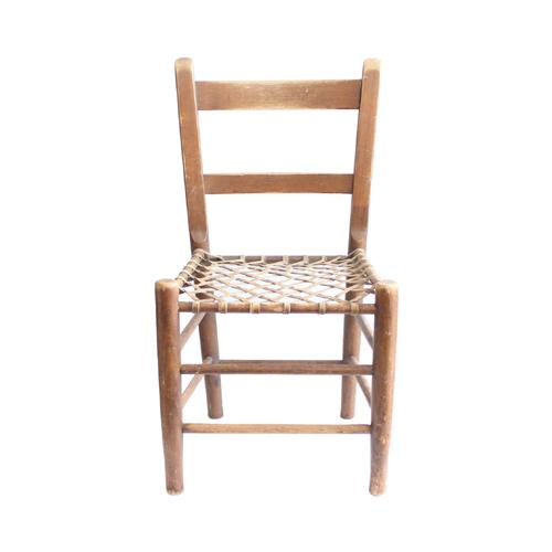 アンティークの椅子・座面が皮のメッシュ