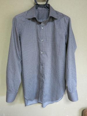 ワイドスプレッドカラーのシャツ