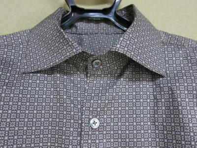 ワイドスプレッドカラーのシャツ 衿