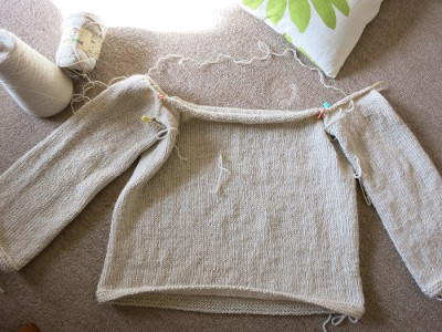 編みながらスモッキングするセーター1