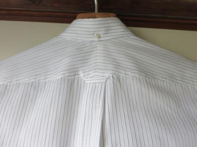 『カジュアルからドレスアップまでのメンズシャツ』 ボタンダウン 後ろ