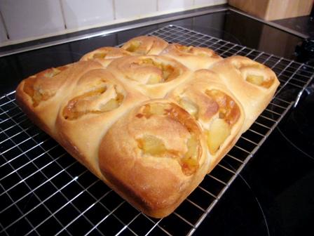080121杏酵母キャラメルクリーム&りんごパン