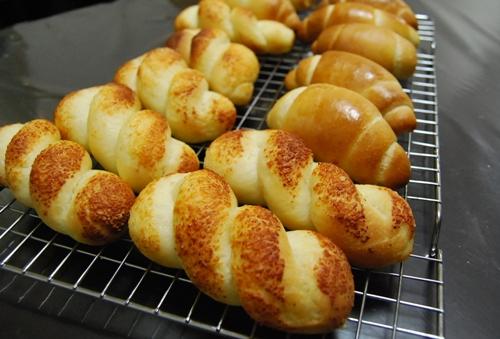 りんご酵母チーズツイストとバターロール