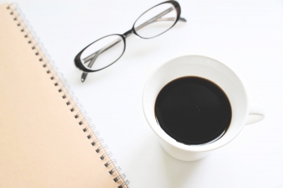 眼鏡とコーヒー