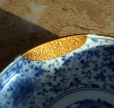 高蒔絵(たかまきえ)技法の唐草模様金蒔絵(きんまきえ)金継ぎ