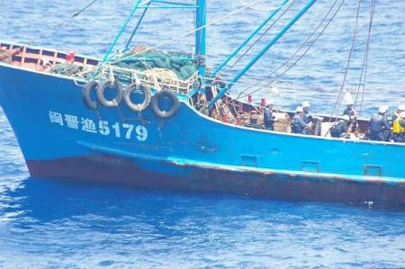 海上保安庁の乗組員による領海侵犯中国漁船点検?