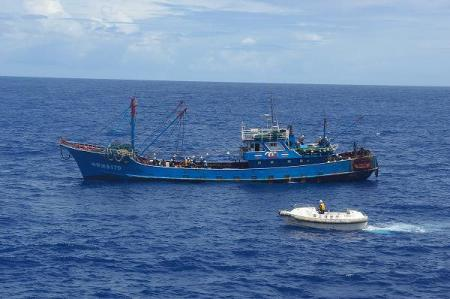 領海侵犯中国漁船への点検を見守る海上保安庁の小船?