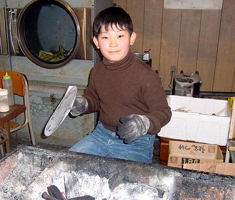 小学生の焼鳥担当者