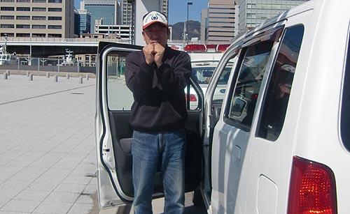 息子二人の前で兵庫県警に検挙される番頭