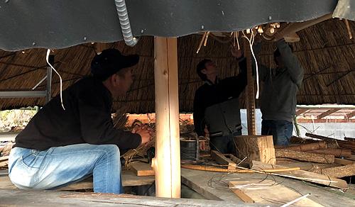 茅葺き屋根建設