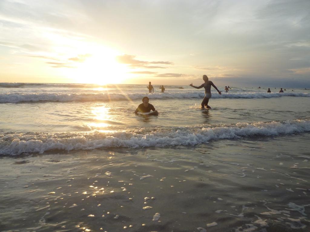夕暮れのサーフィン