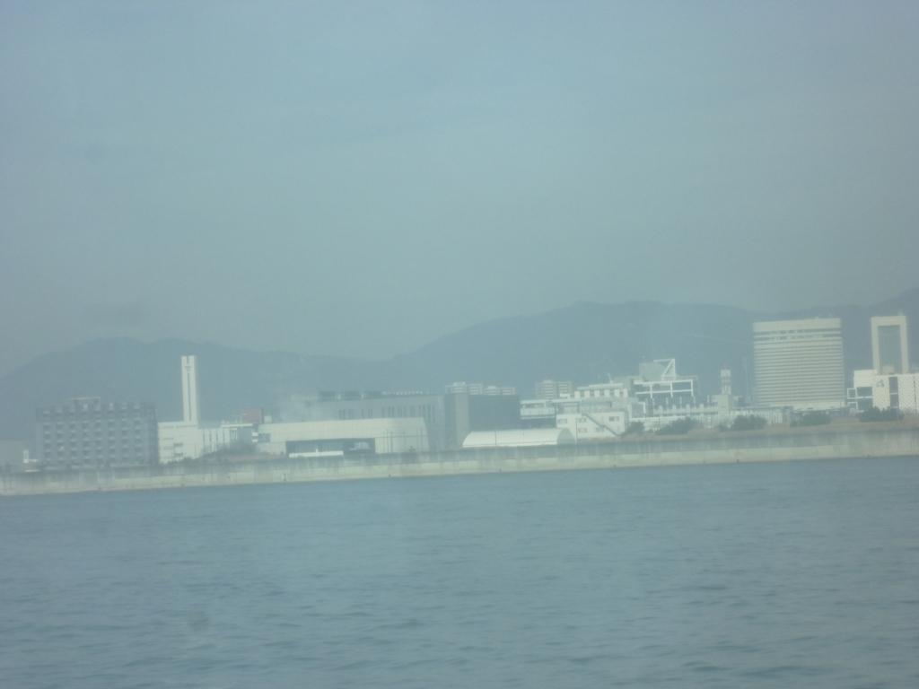 海から見た神戸の街並み