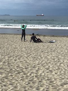 太平洋でサーフィン
