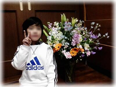 宮川さんからいただいたお花と息子