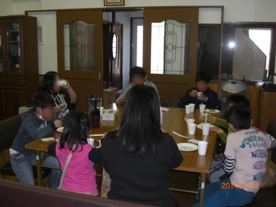春の特別子ども会:屋台の食事風景