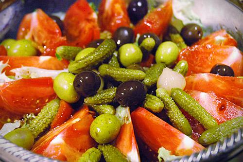 オリーブとピクルスのサラダ