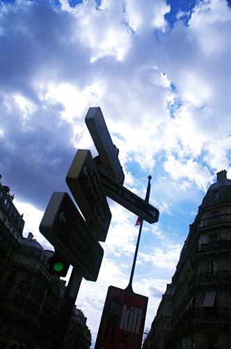 パリの街角から見上げる