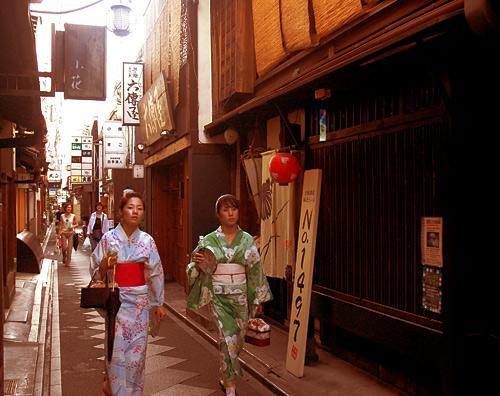 先斗町の和服女性