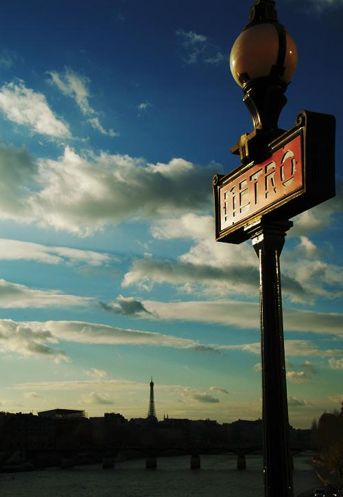 パリの空とメトロの街灯とエッフェル塔
