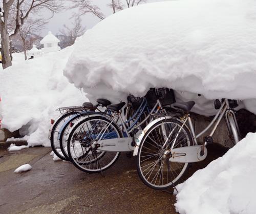 米沢旅行/雪に埋もれた自転車