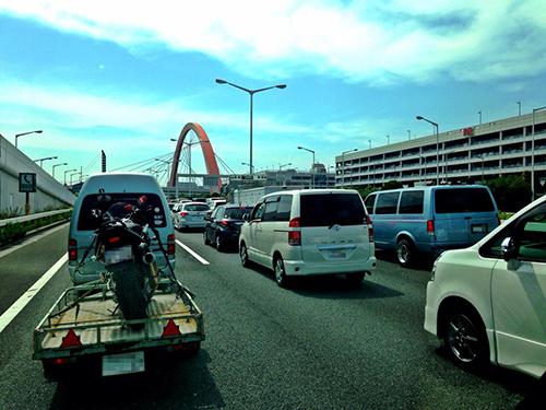 GWのアクアラインに向かう湾岸大渋滞中の写真