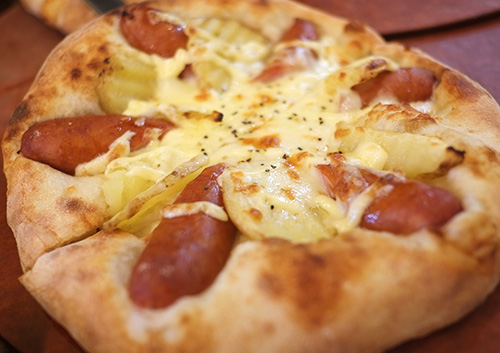 ジャガイモとソーセージのピザ