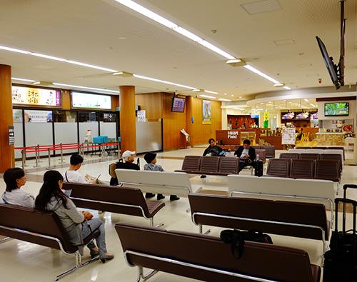 とかち帯広空港の出発ロビー/カフェ側