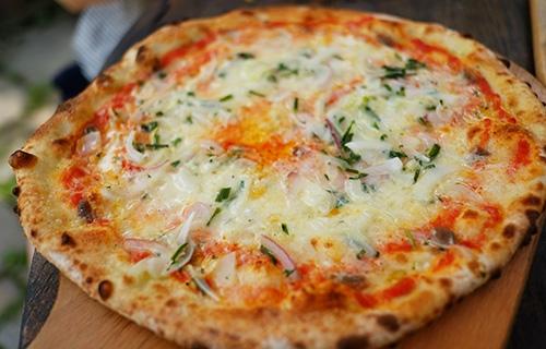 『ビラパワ』アンチョビ(と玉ねぎ)のピザ