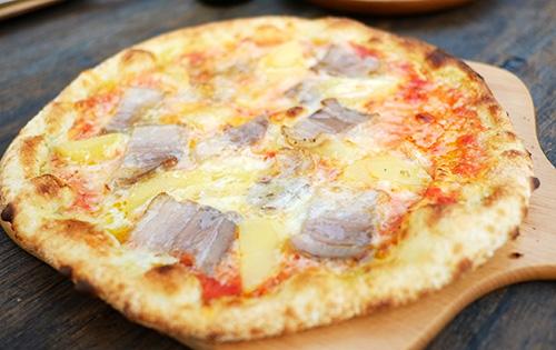『ビラパワ』自家製ベーコンのピザ