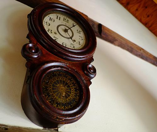 『ビラパワ』2階の柱時計