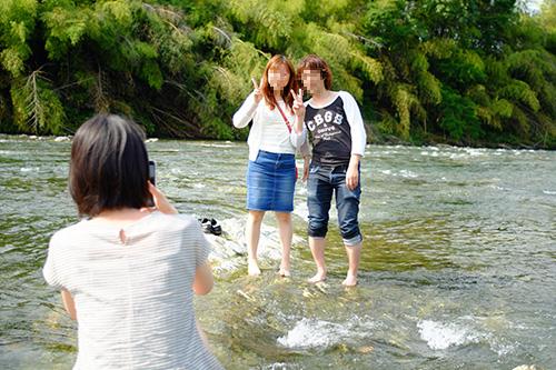 嫁さんが川縁でカップルを撮る図