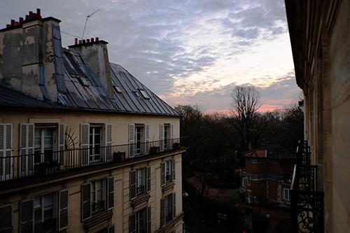 パリ/リュクサンブールのホテルの窓からの朝の風景