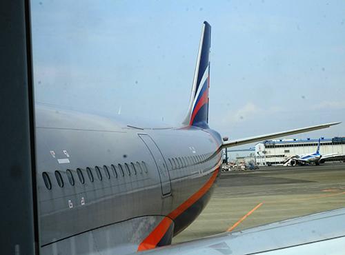 成田空港/アエロフロートSU261ボーディング・ブリッジの窓から尾翼