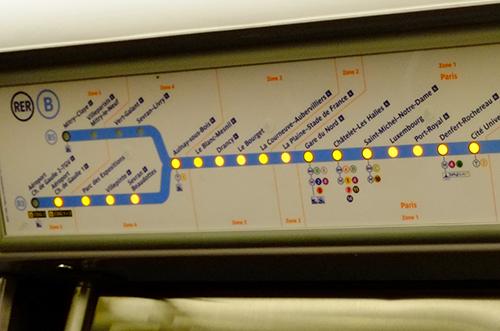 パリRER/ドア上の停車駅表示板