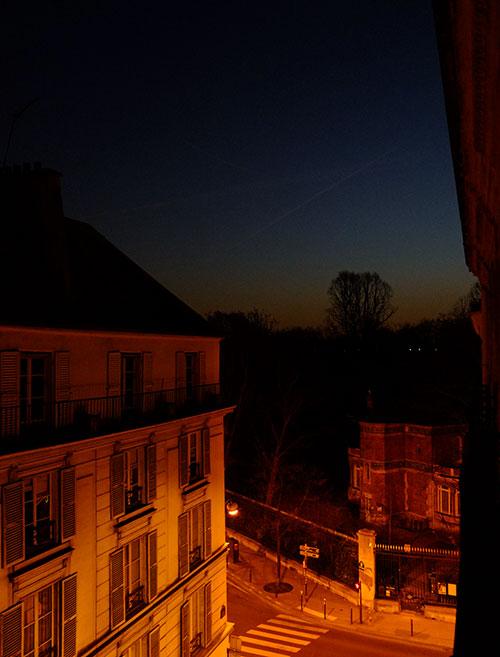 パリのホテルの窓からの朝の風景1