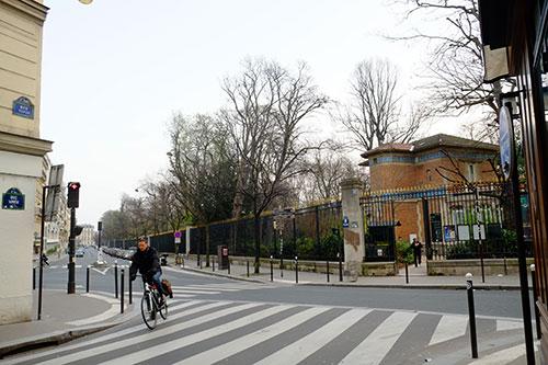 ホテル前の交差点(目の前がリュクサンブール公園)