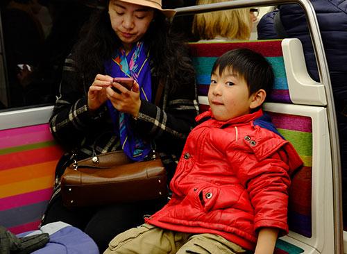 メトロの中の中国人親子