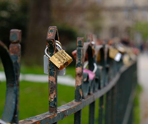 ノートル・ダム寺院前の公園柵の南京錠